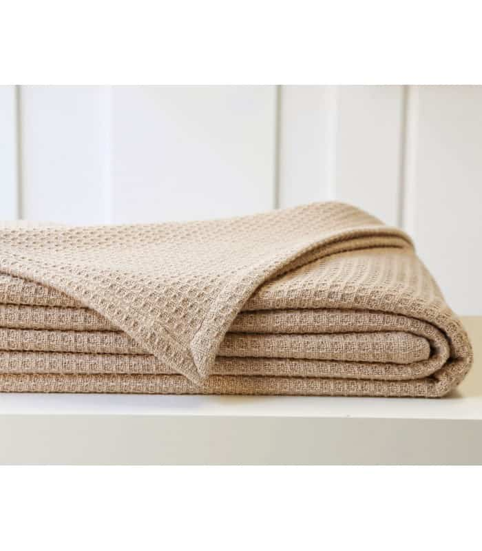 couverture d 39 t en laine et coton pour un confort indiscutable. Black Bedroom Furniture Sets. Home Design Ideas