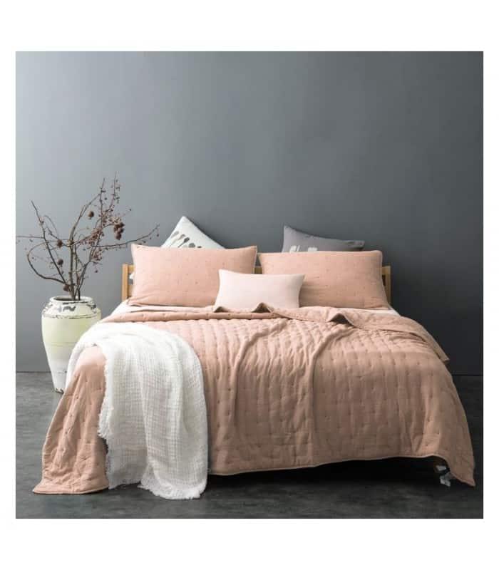 Jeté de lit rose poudré capitonné style lin lavé