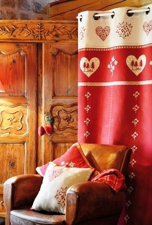 Rideau rouge ou beige avec motif cœur